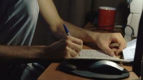 Uczeń jest czytający i pisać przy stołem zbiory wideo
