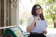Uczeń jest ubranym szkła które trzymają dokumenty Obraz Royalty Free
