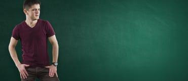 Uczeń na zielonym chalkboard Fotografia Stock