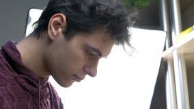 Uczeń naprawa urządzenia elektroniczne w elektronika warsztacie zdjęcie wideo