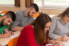 Uczeń nauka W sala lekcyjnej Przy szkołą średnią obrazy stock