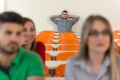 Uczeń nauka W sala lekcyjnej Przy szkołą średnią zdjęcie royalty free