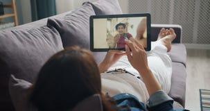 Uczeń opowiada chłopaka wideo online robi wezwanie z pastylki lying on the beach na kanapie zbiory