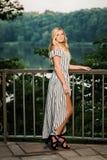 Uczeń Ostatniej Klasy fotografia blondynki Kaukaska dziewczyna Outdoors w Romper sukni zdjęcie royalty free