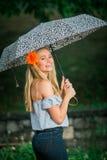 Uczeń ostatniej klasy pozy z parasolem dla portretów na dżdżystym Fotografia Royalty Free
