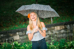 Uczeń ostatniej klasy pozy z parasolem dla portretów na dżdżystym Fotografia Stock