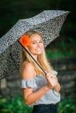 Uczeń ostatniej klasy pozy z parasolem dla portretów na dżdżystym Zdjęcia Royalty Free