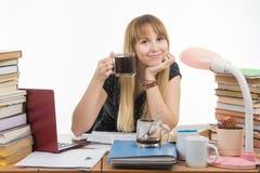 Uczeń pije inną filiżankę kawy przygotowywać dla egzaminu przy nocą Fotografia Royalty Free