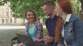 Uczeń praca na laptopie na kampusie obraz royalty free