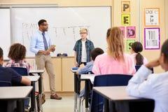 Uczeń przedstawia jego szkół podstawowych kolega z klasy zdjęcia stock