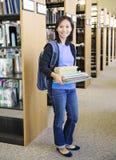 Uczeń przy biblioteką zdjęcia royalty free