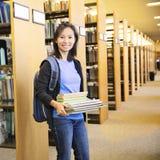 Uczeń przy biblioteką fotografia stock