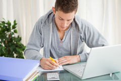 Uczeń robi jego pracie domowej Zdjęcia Stock