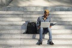 Uczeń robi pracie domowej na krokach zdjęcie royalty free