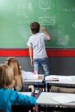 Uczeń Rozwiązuje Mathematics Na Pokładzie Obraz Stock