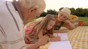 Uczeń rysuje z barwionymi ołówkami outdoors zdjęcie wideo