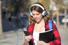 Uczeń słucha muzyczny odprowadzenie w ulicie obraz royalty free