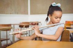 Uczeń używa flet w klasie Obraz Royalty Free