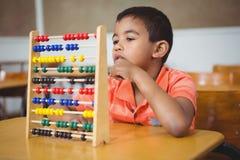 Uczeń używa maths abakusa Obrazy Stock