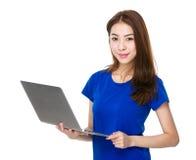 Uczeń używa notebook Zdjęcia Royalty Free
