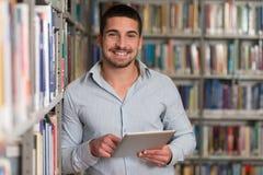 Uczeń Używa pastylka komputer W bibliotece Zdjęcie Stock
