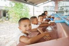 Uczeń uczy się myć ręki Zdjęcie Royalty Free