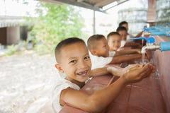 Uczeń uczy się myć ręki Obrazy Royalty Free