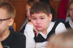 Uczeń w klasowym słuchaniu nauczyciel obraz stock
