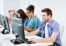 Uczeń z komputerowym studiowaniem przy szkołą Zdjęcie Royalty Free