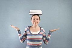 Uczeń z książkami na ona kierownicza. zdjęcie royalty free