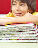 Uczeń z notatnikami z ślimakowatą oprawą Fotografia Royalty Free