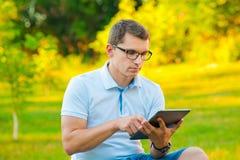 Uczeń z pastylką outdoors Zdjęcia Stock