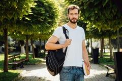 Uczeń z plecakiem outside zdjęcie stock