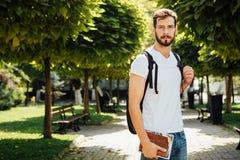 Uczeń z plecakiem outside obraz stock