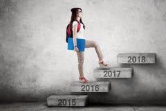 Uczeń chodzi w kierunku 2017 na schodkach Obraz Royalty Free