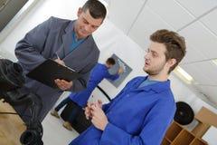 Uczeń pod ocena nauczyciela mienia schowkiem Zdjęcia Stock