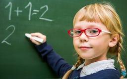 Uczeń pracuje w szkolnej sala lekcyjnej, dziecko przy szkołą, Obraz Stock