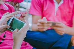 Uczeń sztuki gry z telefonami komórkowymi Zdjęcia Royalty Free
