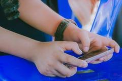 Uczeń sztuki gry z telefonami komórkowymi Obrazy Royalty Free