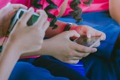 Uczeń sztuki gry z telefonami komórkowymi Fotografia Stock