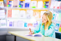 Uczeń w bibliotece Fotografia Royalty Free