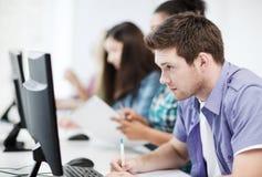 Uczeń z komputerowym studiowaniem przy szkołą Zdjęcia Stock