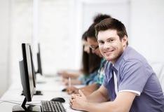 Uczeń z komputerowym studiowaniem przy szkołą Obrazy Stock