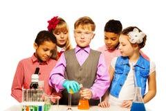 Uczenie chemia jest poważna ale zabawo zdjęcia royalty free