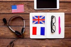 Uczenie językowy styl życia w onlinym szkolnym pojęciu na stołowym odgórnym widoku Zdjęcie Royalty Free