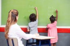 Uczenie mathematics przy szkołą podstawową Wielo- Etniczni ucznie Zdjęcia Royalty Free