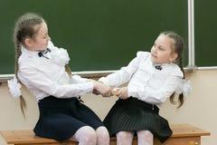 Uczennic dziewczyny biorą książkę od each inny obrazy royalty free