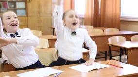 Uczennica podnosi jej rękę odpowiadać nauczyciela pytanie zbiory wideo