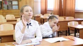 Uczennica podnosi jej r?k? odpowiada? nauczyciela pytanie zdjęcie wideo