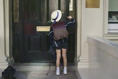 Uczennica w błękitnym kostiumu, kapeluszu i białych sneakers, zdjęcie stock